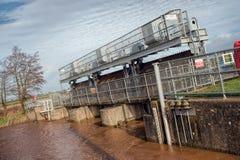 Schleusentoren auf hohem geschwollenem Fluss Stockbilder