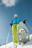 Schläger-Trekking im Schnee Lizenzfreie Stockfotos