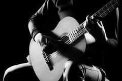 Schließen klassische Gitarristhände des akustischen Gitarristen oben Stockbild