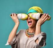 Schließen schöne Amerikanerin gelocktes Haar des Hautecouture-Blickzaubers mit den blauen und gelben Schuhen Augen stockbilder