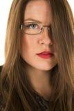 Schließen schwarze Ausstattungsgläser der Frau den roten ernsten Lippenstift Stockbilder