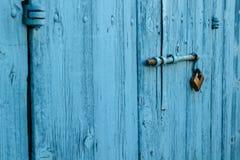 Schließen Sie auf die blaue Holztür zu Stockfotos