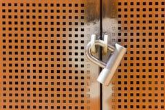 Schließen Sie auf die Eisentür zu Lizenzfreies Stockfoto