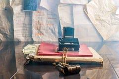 Schließen Sie auf einen Ordner mit Dokumenten zu Stockbild