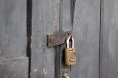 Schließen Sie auf Holztür zu Lizenzfreies Stockfoto