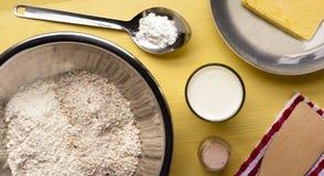 Schließen Sie Bestandteile ab, um irisches Soda-Brot zu machen und zu backen Stockbild