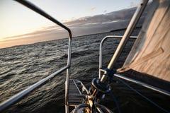 Schließen Sie bis zu den Elementen des Segelboots und auf eine Bucht segeln Stockbilder