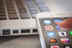 Schließen Sie bis zum Finger, der Pinterest-APP auf iPhone 7 Schirm öffnet lizenzfreie stockbilder