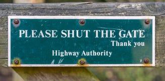 Schließen Sie bitte das Torzeichen, das Cotswolds, Gloucestershire, England lizenzfreie stockfotografie