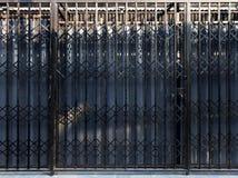 Schließen Sie blaue und schwarze Farbe der Metallrollen-Tür Fensterläden Lizenzfreie Stockfotos