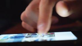 Schließen Sie den männlichen Finger, der auf dem Touchscreen schiebt Unerkennbarer Mann, der über sein Internet oder soziales Net stock video footage
