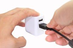 Schließen Sie den USB-Adapter an Lizenzfreie Stockbilder
