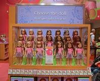 Schließen Sie die amerikanischen Mädchen-Puppen ab, die auf Anzeige eingestellt werden Stockbild