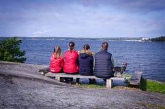 Schließen Sie die Familie ab, die auf Seeküste sich entspannt Lizenzfreie Stockfotografie