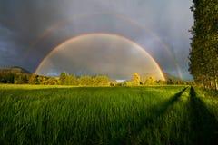 Schließen Sie doppelten Regenbogen ab lizenzfreies stockfoto