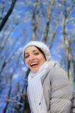 Schließen Sie draußen herauf Porträt des lächelnden Frauen-tragenden weißen Hutes und des Schals lizenzfreie stockbilder