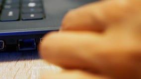 Schließen Sie ein usb-Kabel in einen USB-Port an stock footage