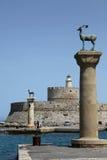 Schließen Sie Eingang in den Hafen von Rhodos an den Port an lizenzfreie stockfotografie