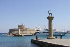 Schließen Sie Eingang in den Hafen von Rhodos an den Port an lizenzfreie stockbilder