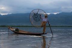 Schließen Sie Fischer mit einem Boot auf Inle See auf Myanmar ein lizenzfreie stockbilder