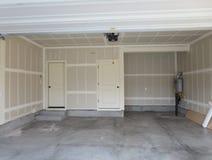 Schließen Sie Garage eines Holzhauses ab Stockbild