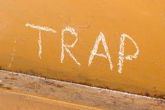 Schließen Sie Handschrift mit Kreide auf orange Metallhintergrund ein Stockfoto