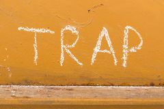 Schließen Sie Handschrift mit Kreide auf orange Metallhintergrund ein Stockfotos