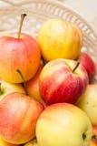 Schließen Sie herauf Äpfel in einem Korb Lizenzfreie Stockfotos
