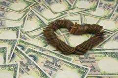 Schließen Sie herauf alte alte Münzen von Thailand-Platz als Herz auf Rechnung Stockfotos