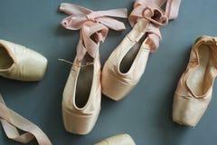 Schließen Sie herauf alte benutzte Ballett pointe Schuhe Stockfotografie
