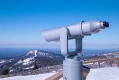 Schließen Sie herauf alte Metallferngläser auf dem Hintergrundstandpunkt, der den Berg übersieht Stockfoto