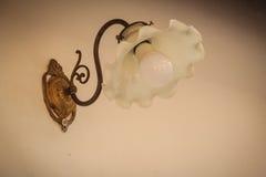 Schließen Sie herauf alte weiße Laternenlampe der Weinlese in der Blume, die und sein geformt wird Stockfotografie