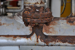 Schließen Sie herauf alten Flansch in der Öl- und Gasindustrie Ausrüstung im Produktionsverfahren Staub auf Ausrüstung oder Flans Stockfoto