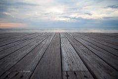 Schließen Sie herauf alten hölzernen Bodenbelag und tropischen Strand Lizenzfreie Stockfotografie