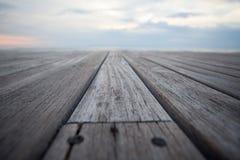 Schließen Sie herauf alten hölzernen Bodenbelag und tropischen Strand Lizenzfreies Stockfoto