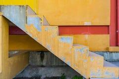 Schließen Sie herauf alten Treppenhauszementgelbfarbbeschaffenheitshintergrund Stockfotos