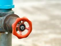 Schließen Sie herauf altes Schmutzmessinghahnwasser im Naturparkhintergrund Stockfotografie