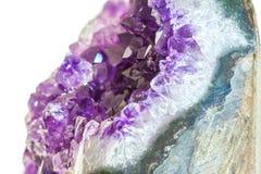 Schließen Sie herauf Amethystkristall einen Halbedeledelstein Stockbild