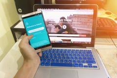 Schließen Sie herauf Android-Gerät, das Airbnb-Anwendung auf dem Schirm zeigt Lizenzfreie Stockbilder