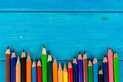 Schließen Sie herauf Anordnung für Bleistiftfarbe auf blauem Hintergrund Lizenzfreie Stockfotografie