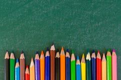 Schließen Sie herauf Anordnung für Bleistiftfarbe auf Kreidebrett Stockfotos