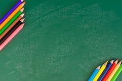 Schließen Sie herauf Anordnung für Bleistiftfarbe auf Kreidebrett Stockbilder