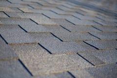 Schließen Sie herauf Ansicht über Asphalt Roofing Shingles Background Dach-Schindeln - Deckung Stockbilder