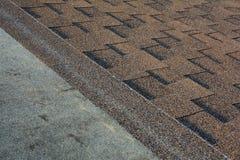 Schließen Sie herauf Ansicht über die Installierung von Asphalt Bitumen Roof Shingles Stockfotos