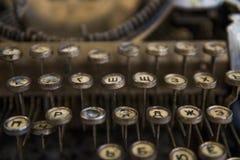 Schließen Sie herauf Ansicht über Schlüssel einer alte schmutzige gebrochene antike Schreibmaschinenmaschine mit kyrillischen Sym lizenzfreies stockbild