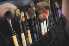 Schließen Sie herauf Ansicht über schwarzes Paket von Malerpinseln Lizenzfreie Stockfotos