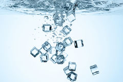 Schließen Sie herauf Ansicht der Eiswürfel im Wasser Stockbild