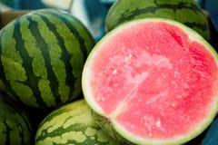 schließen Sie herauf Ansicht der Hälfte der Wassermelone lizenzfreie stockfotos