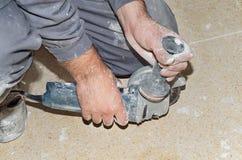 Schließen Sie herauf Ansicht der Hände einer Arbeitskraft, die vorbereitet werden, um eine Radialsäge zu benutzen Stockfotografie