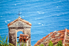 Schließen Sie herauf Ansicht der Kirchendachspitze im Eze Sur Mer Taubenschlagde Stockbild